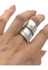 Sissy Koukeri Ring gedraaid breed met reliëf zilver