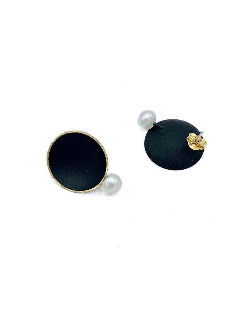 Georgia Charal Oorbellen steker ronde zwarte plaat en parel