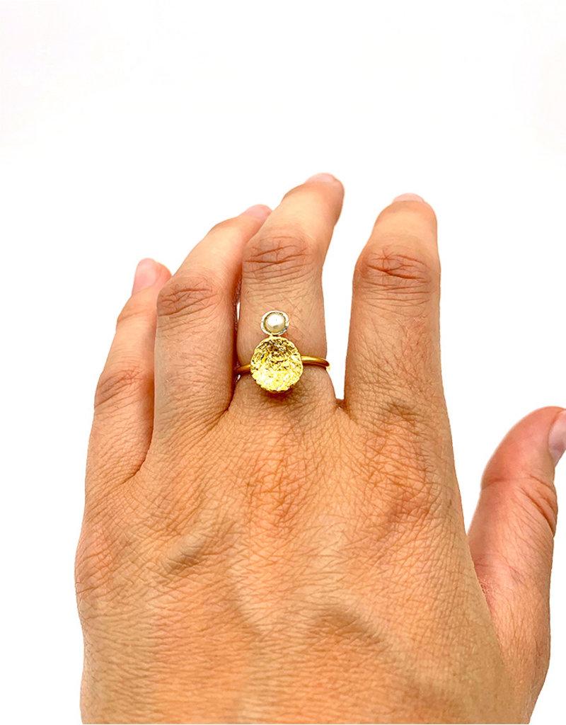 Tina Kotsoni Ring gouden rond plaatje met parel