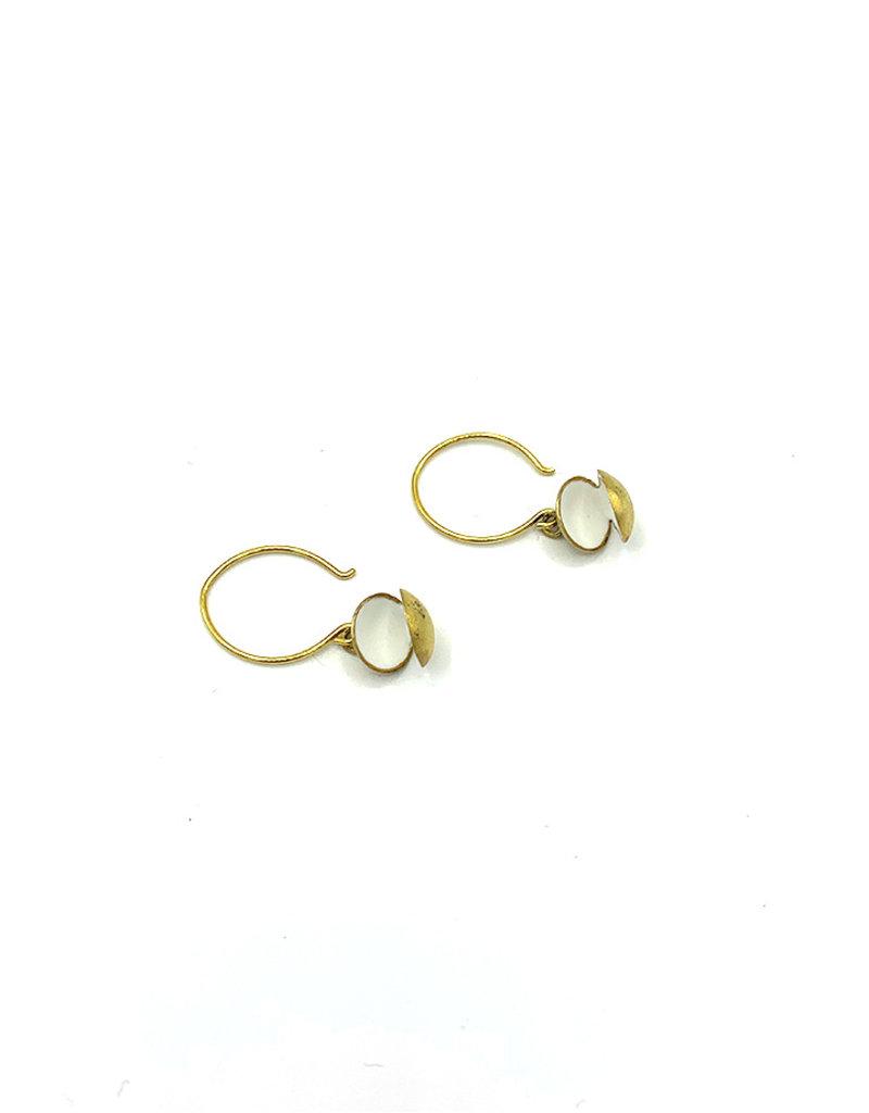 Sissy Koukeri Oorbellen hangers schelpjes goud/wit