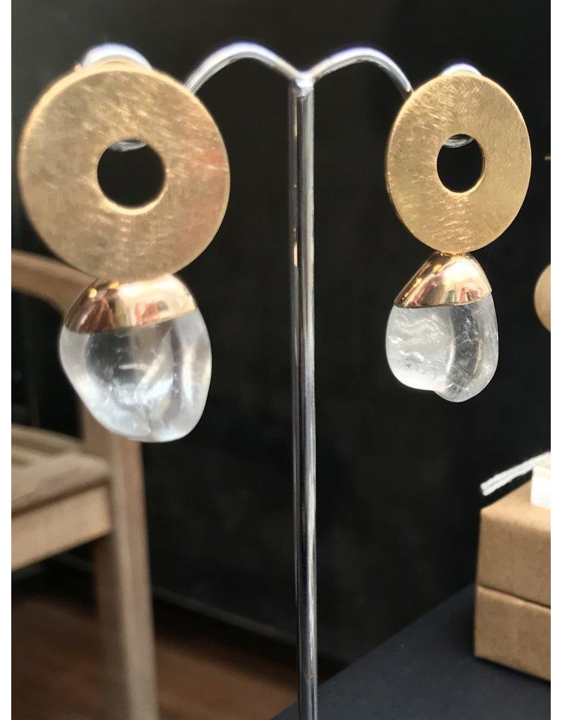 Marilia Capisani Oorbellen stekers vergulden open cirkel en hanger van ruwe kristalsteen