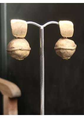 Marilia Capisani Oorbellen stekers rechthoekje goud met hanger belletje goud