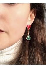 Zilver vergulde steker oorbellen met rode en groene hangende driehoeken