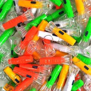 Decopatent 100 STUKS - Gekleurde Zaklamp Sleutelhangers - Inclusief Batterij - Traktatie Jongen & Meisjes - Zaklampjes Uitdeelcadeautjes