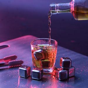 Decopatent Set van 8x RVS IJsblokjes + Tang - Whiskey Stones IJsblokken - RVS Whiskey Stenen - Whisky IJsblokjes - Cocktail Ice Cube Koelstenen - Roestvrijstalen ijsblokjes - Houd uw drankje altijd lekker koud met deze Set - Decopatent®