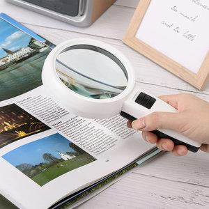 Decopatent Decopatent® Hand Loep met LED verlichting - 3x Vergroting - Lees Vergrootglas - Lezen voor Ouderen Slechtziende - 20.5x11x3.2 Cm