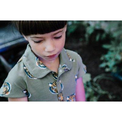 Baba-Babywear Kaki kleedje met kraagje en een all-overprint van tijgers