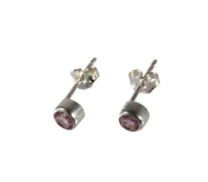 Zilveren oorstekers amethist rond facet 4 mm