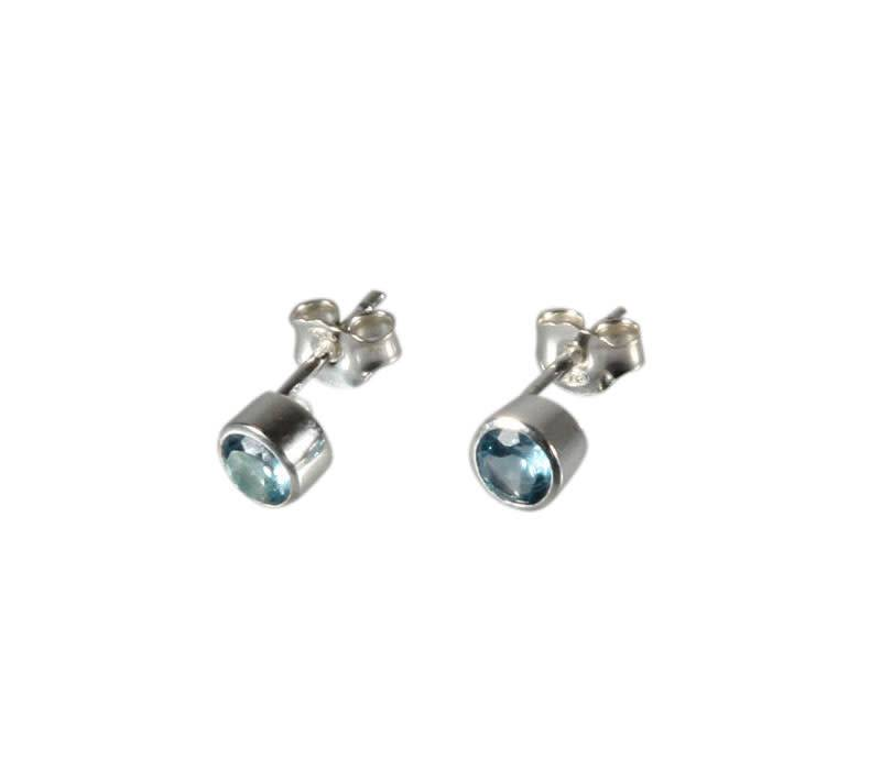 Zilveren oorstekers topaas (blauw) rond facet 4 mm