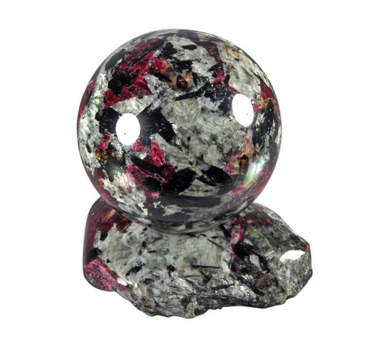 Aegirien met eudialiet edelsteen bol met standaard 54 mm / 345 gram