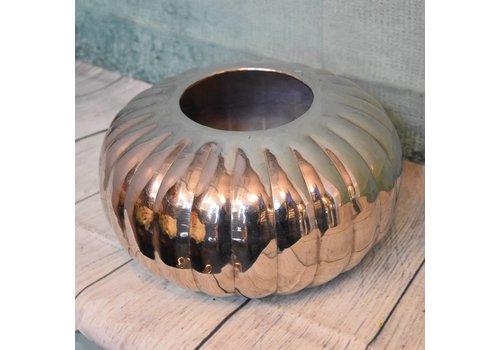 Metalen vaas rond laag