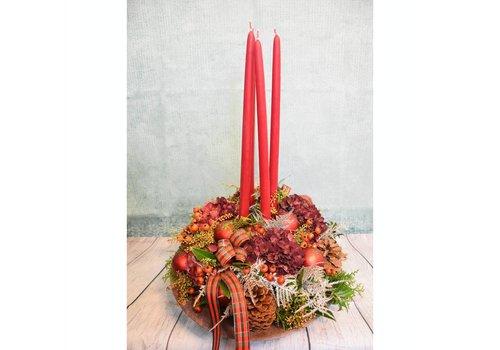 Kerststuk rood met kaarsen