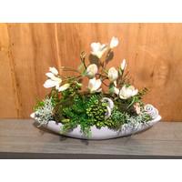 Witte schuit gevuld met Magnoliatak