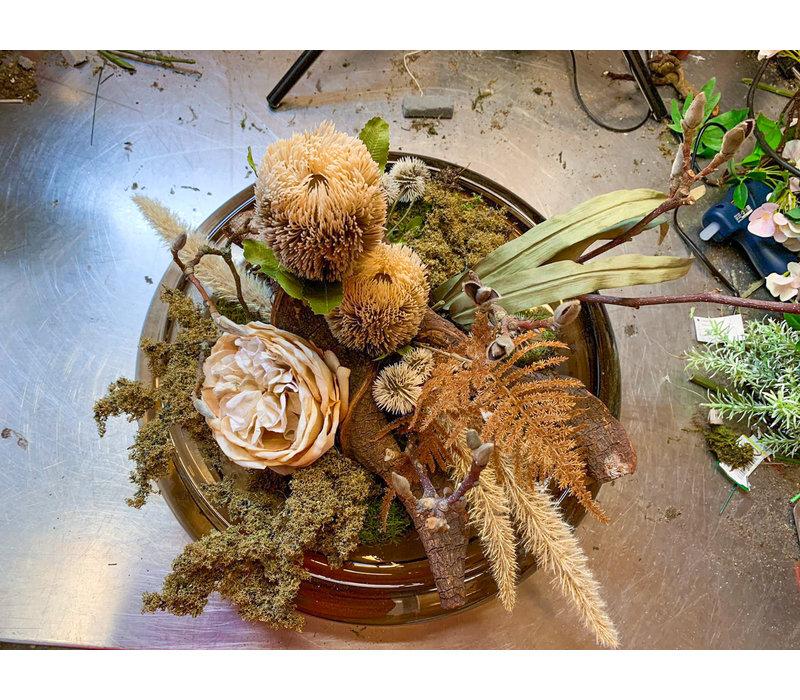 Glasschaal gevuld met zijdebloemen