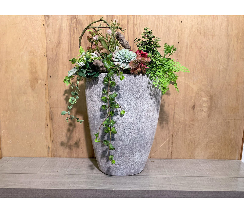 Decoratieve vaas opgevuld met kunstplanten