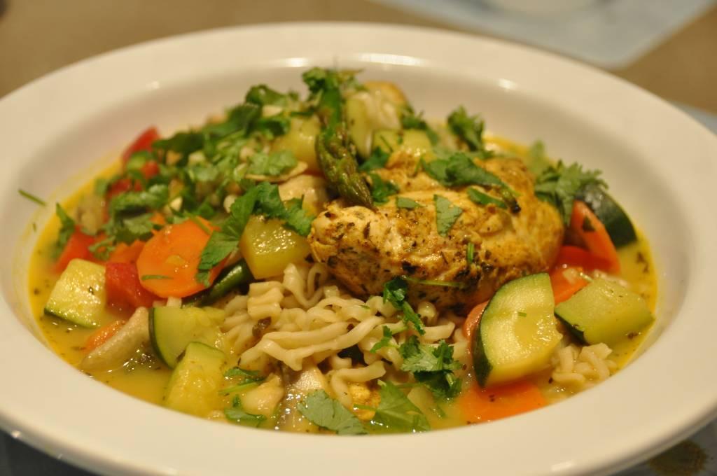 Frisse Delhi Curry eetsoep met noedels en kip in de wok