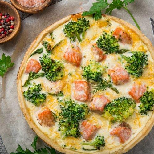 Quiche met zalm, broccoli en roze peper