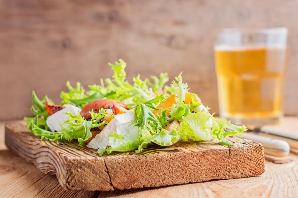 Salade met camembert, gegrilde perzik en supersnelle dressing