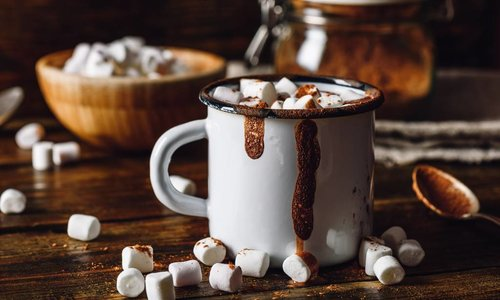 Decadente chocolademelk met mini marshmallows