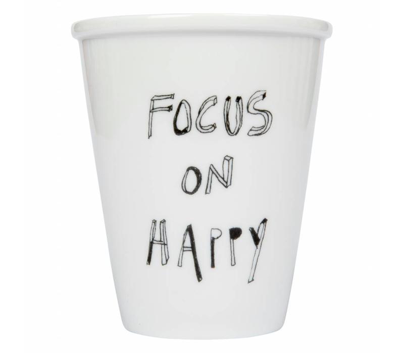 beker in porselein focus on happy