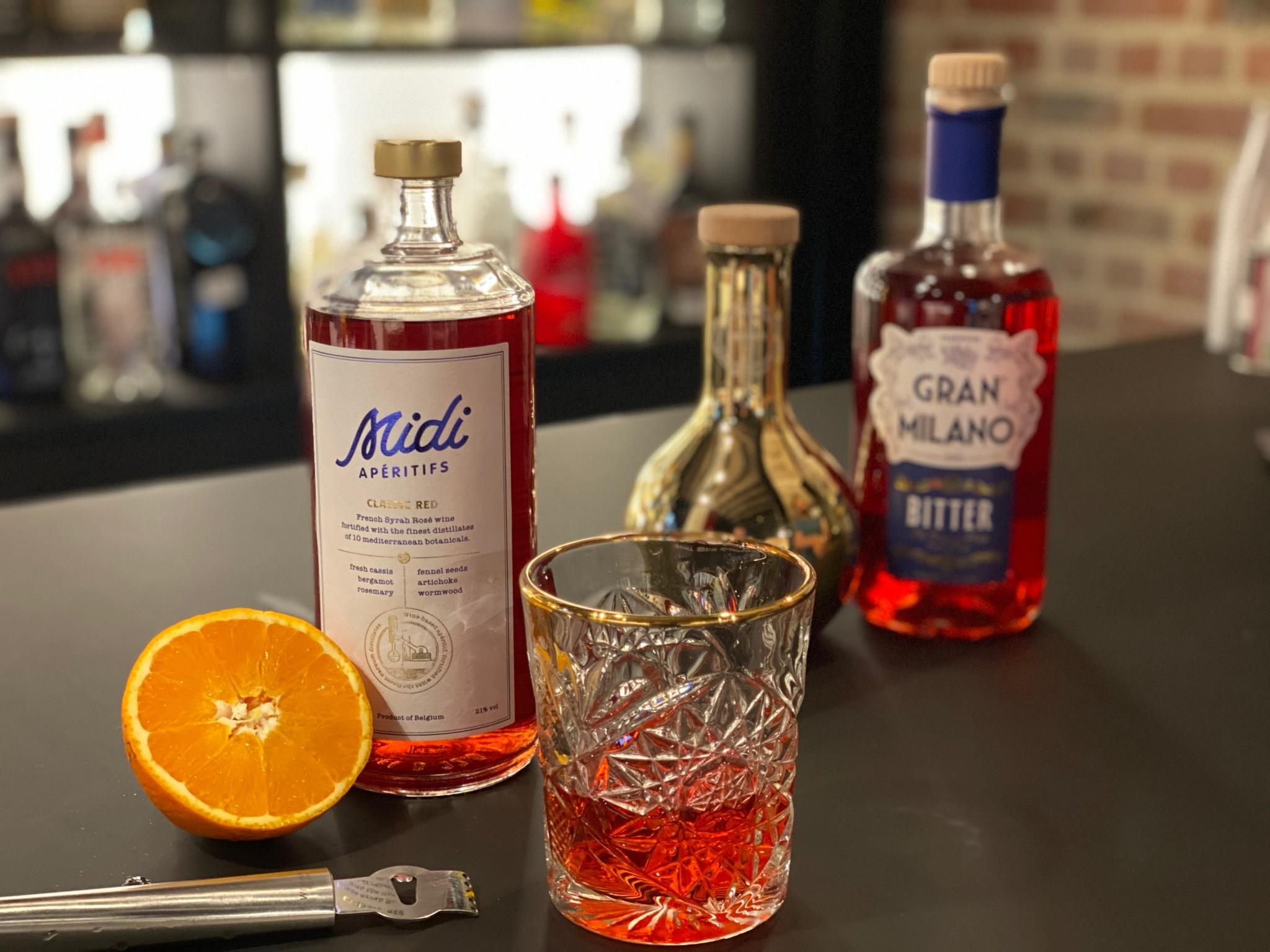 Negroni cocktail Midi aperitifs classic red