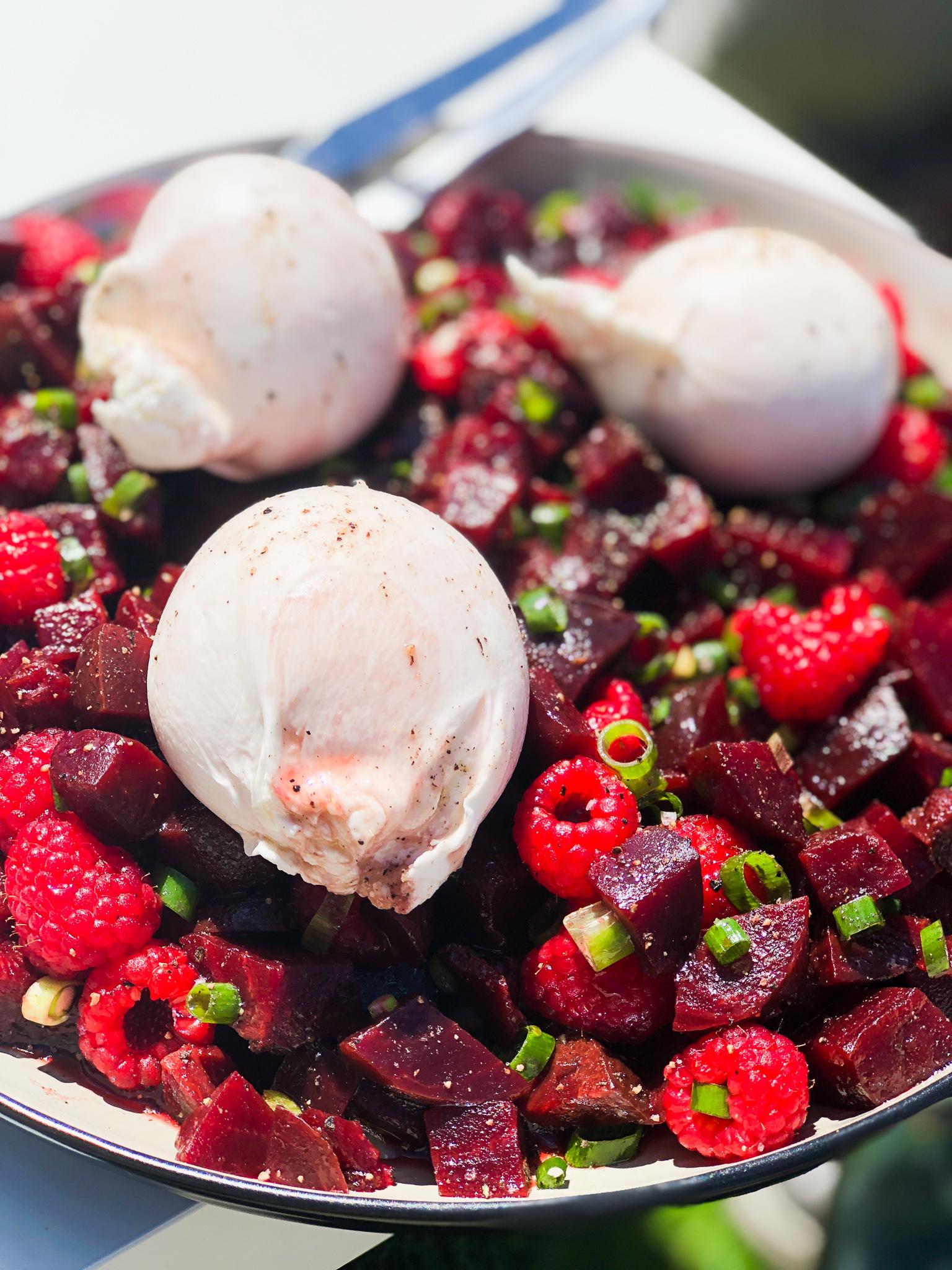 Recept voor zomerse salade van burrata, rode biet en frambozen