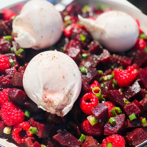 Recette de salade estivale de burrata, betterave et framboises