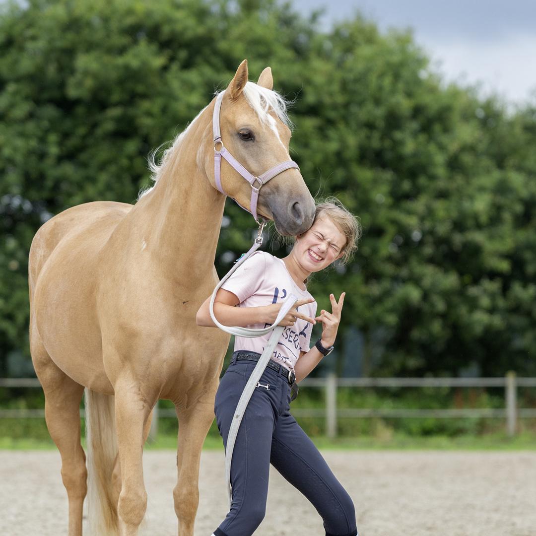 Tessa en Bella Hart voor Paarden