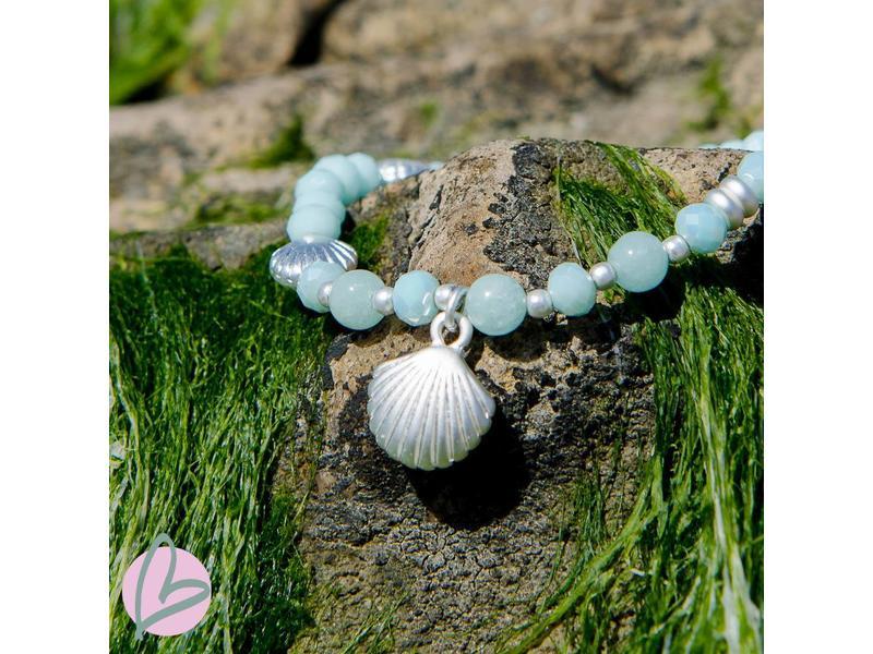 Biba armband lichtblauw met schelpbedel