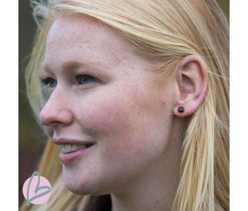 Biba zilverkleurige oorbellen met een donkerrood steentje