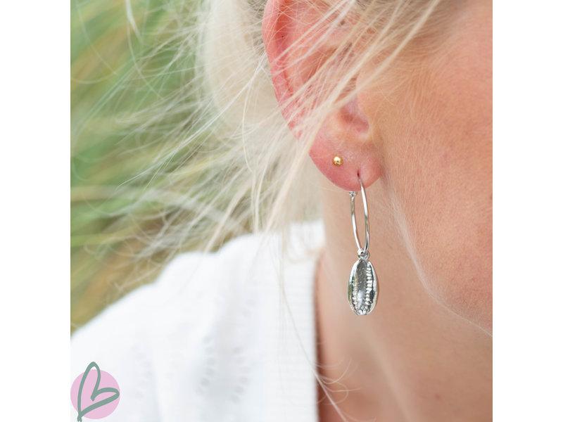 Beadle oorbellen met cowrie schelp zilver