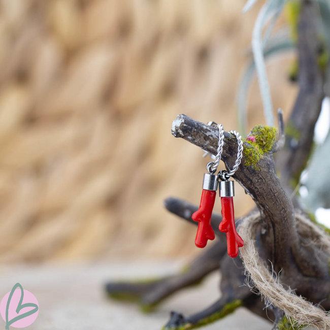 Beadle Zilverkleurige oorbellen met koraal