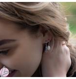 Beadle Zilverkleurige oorbellen met witte parel