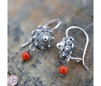 Zeeuws Zilveren Zeeuwse knop oorstekers met koraal oorhaken