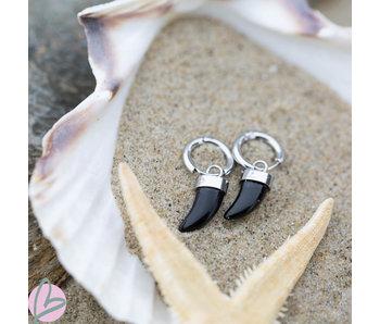 Beadle Zilverkleurige oorbellen met zwarte haaietanden
