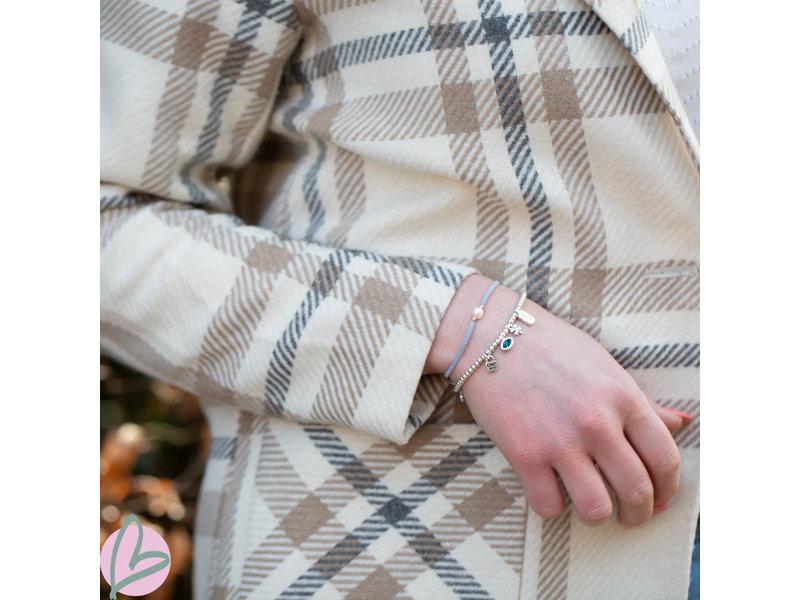 Beadle Grijze koord macrame armband met witte zoetwaterparel