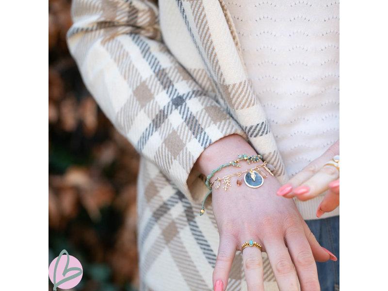 Biba Groene knoop armband met groene en gouden kralen
