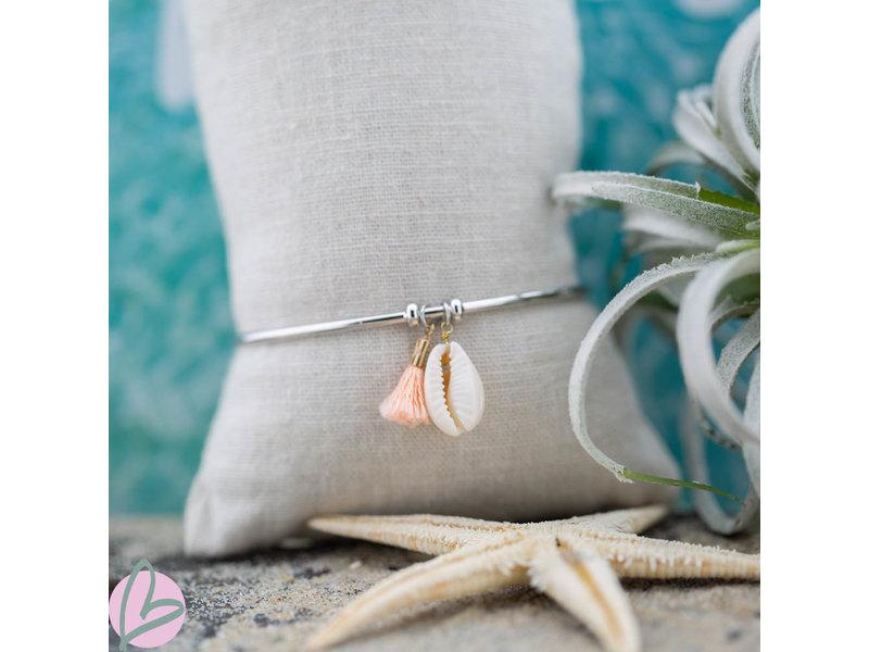 Beadle Zilver bangle armband met cowrie schelpje en peach kwastje
