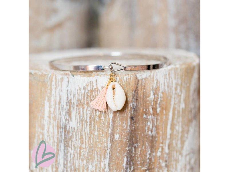 Beadle zilverkleurige platte armband met cowrie schelp en peach kwastje