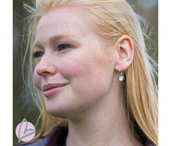 Biba zilverkleurige oorbellen met een white opal steen