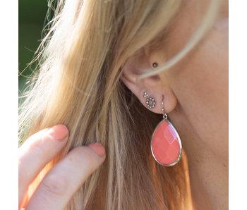 Viva Zilverkleurige oorbellen met koraal druppel