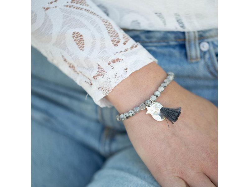 Biba Grijze stenen armband met kwast en ster