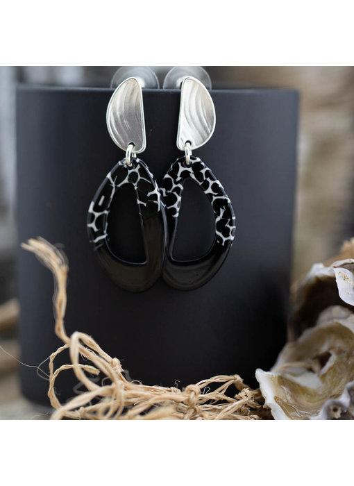 Biba Matzilver oorbellen met zwarte hangers