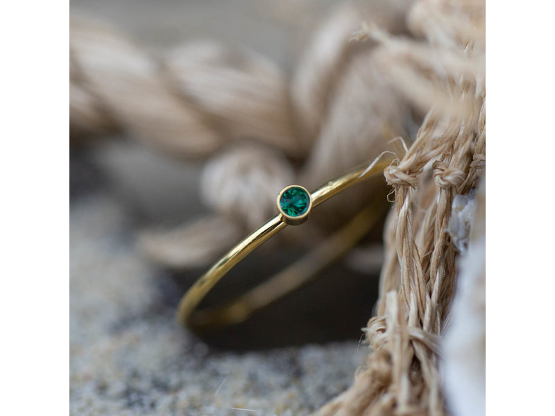 Charmins Stalen gouden fijne ring met groen steentje