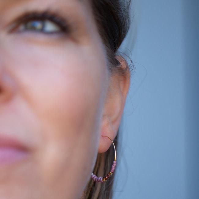 Biba gouden oorring met lila kraaltjes