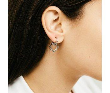 Beadle Zilverkleurige oorbellen hart en steentjes