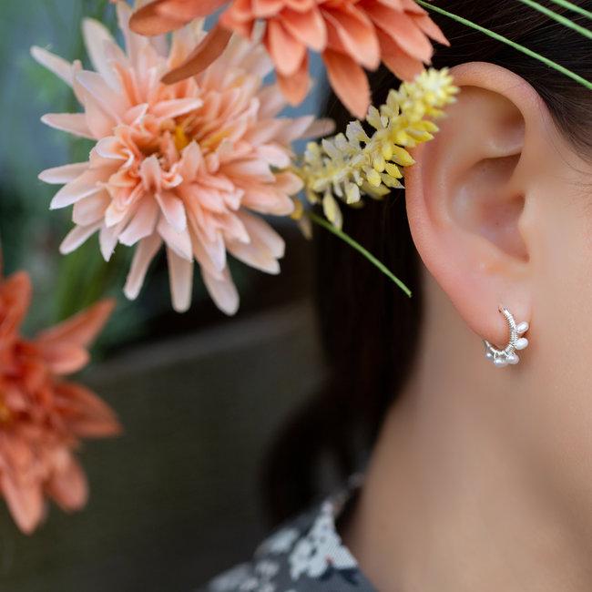 Biba Creool oorbellen met witte pareltjes