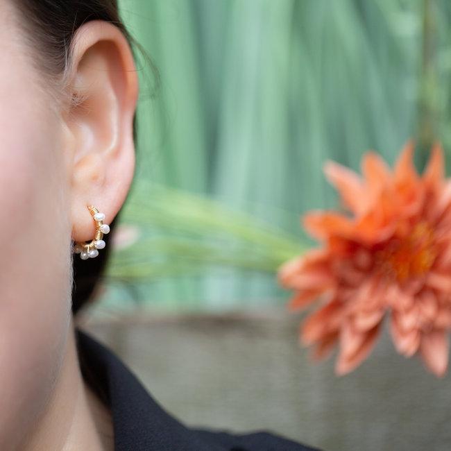 Biba Creool goud oorbellen met witte pareltjes