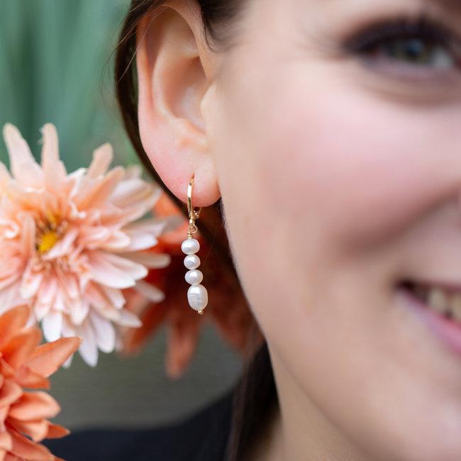 Biba Creool goud oorbellen met witte parels onder elkaar