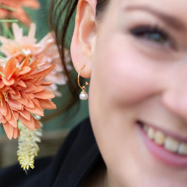 Biba Creool goud oorbellen met witte parel